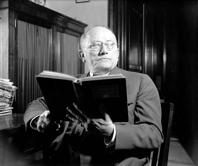 800px-Bilbo1939_with_book